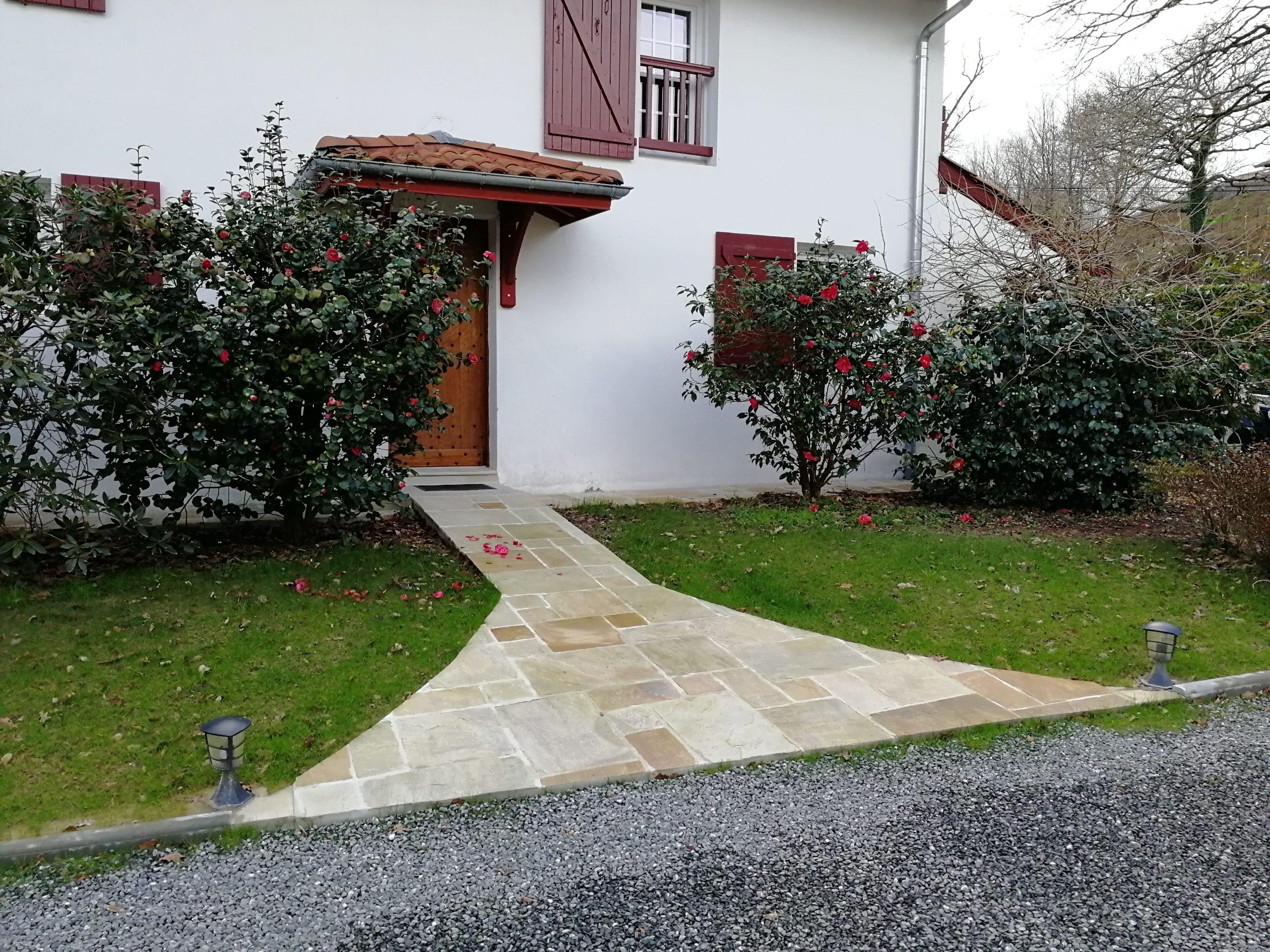 Devant de porte et seuil en pierre posé par l'équipe du Maitre Artisan Maçon Ramuntxo Elisabelar