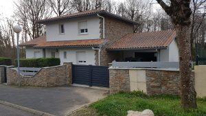 Parement de mur d'une villa privée en pierre posé par l'équipe du Maitre Artisan Maçon Ramuntxo Elisabelar