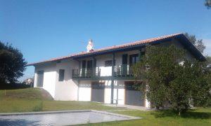 Maison neuve avec terrasse - maçonnerie par Eraiki