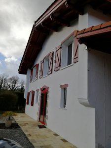 Façade d'une maison rénovée au pays basque